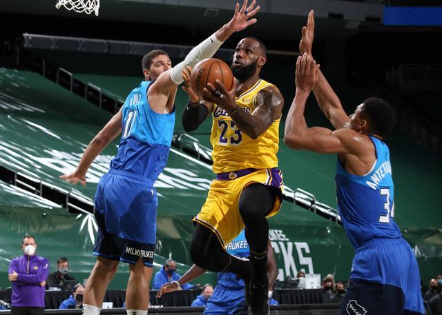 James 34 + 8 cartas hermano 25 + 12 Lakers vencieron a los Bucks
